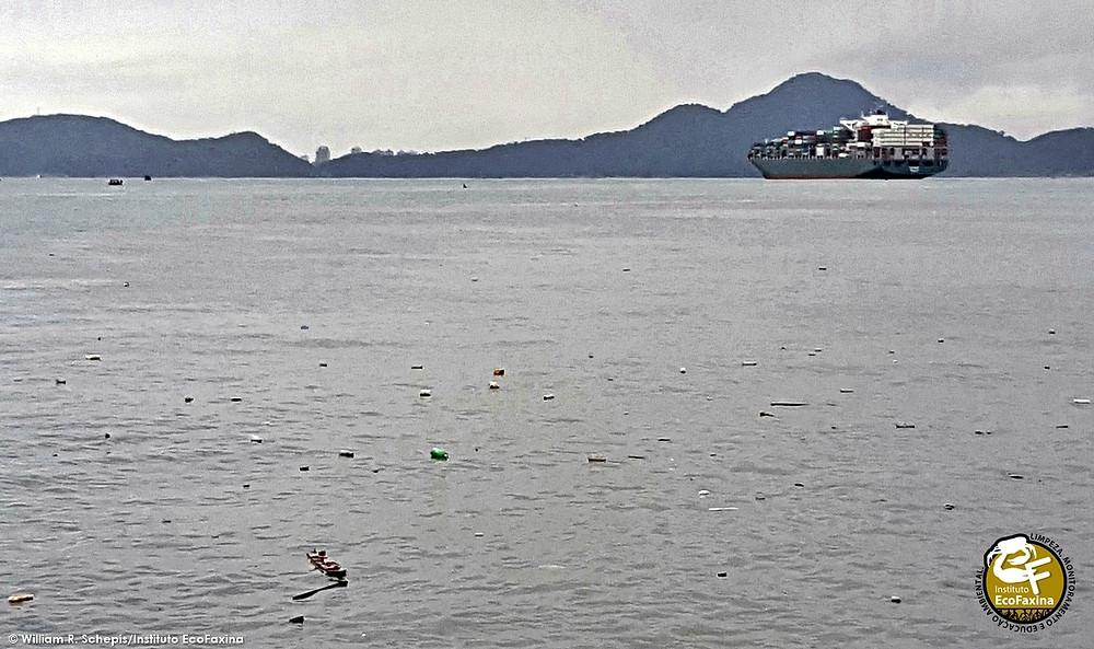 Na Baixada Santista, toneladas de plástico descartadas diariamente por favelas de palafitas em manguezais no interior do estuário saem para o oceano pelo do canal do Porto de Santos (acima) e pelo canal de São Vicente.