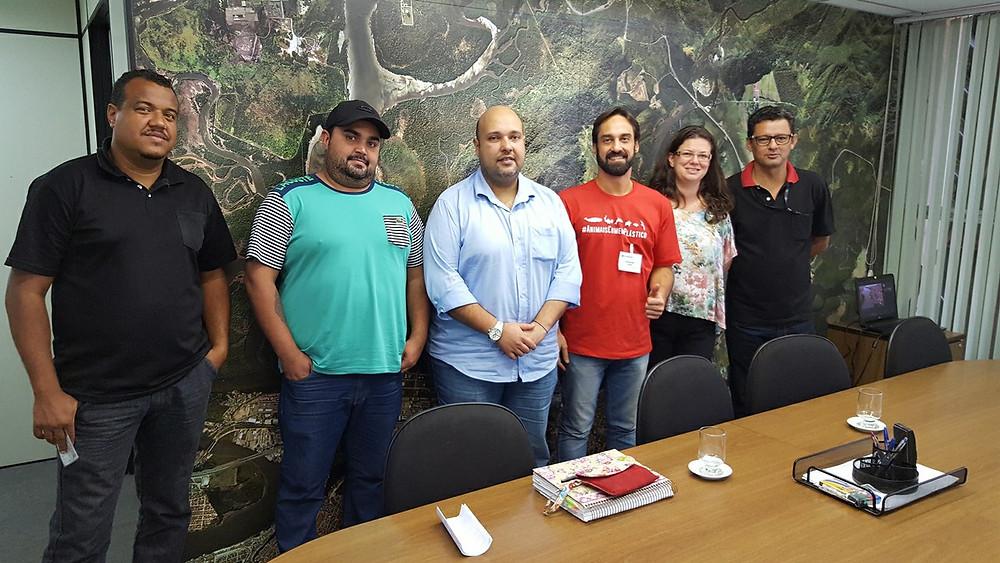 Reunião ocorrida no mês de agosto do ano passado na Secretaria do Meio Ambiente de Santos com o presidente da COHAB Santista, Maurício Queiroz Prado, o presidente do Instituto EcoFaxina, William Rodriguez Schepis, lideranças comunitárias e técnicos da secretaria.
