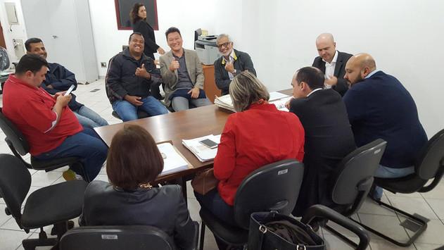 Reunião com o promotor de justiça do MPSP, Dr. Adriano Andrade Souza sobre o projeto Sistema Ambiental de Coleta de Resíduos. Estiveram presentes lideranças comunitárias que apóiam o projeto, Edimilson Duarte (Jd. São Manoel), William Schepis (Instituto EcoFaxina), Maurício Prado (COHAB-ST), Marcos Liborio (SEMAM/PMS), Carla Pupin (SEDURB/PMS) e Everton Fiurst Gom (PGM/PMS).