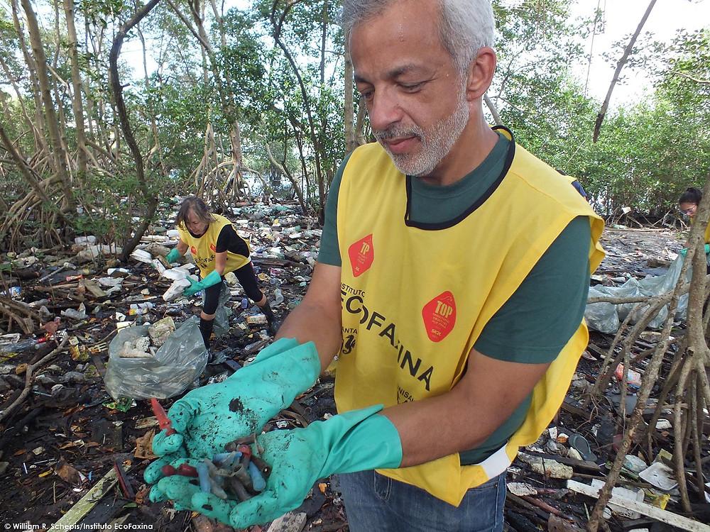 O Secretário do Meio Ambiente de Santos, Marcos Libório exibe pinos de cocaína coletados no manguezal durante a 82ª Ação Voluntária EcoFaxina