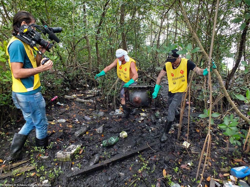 Técnico de filmagem registra a ação dos voluntários no mangue.