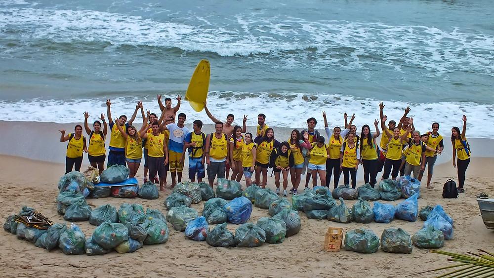 Voluntários posam para foto após a coleta de resíduos.