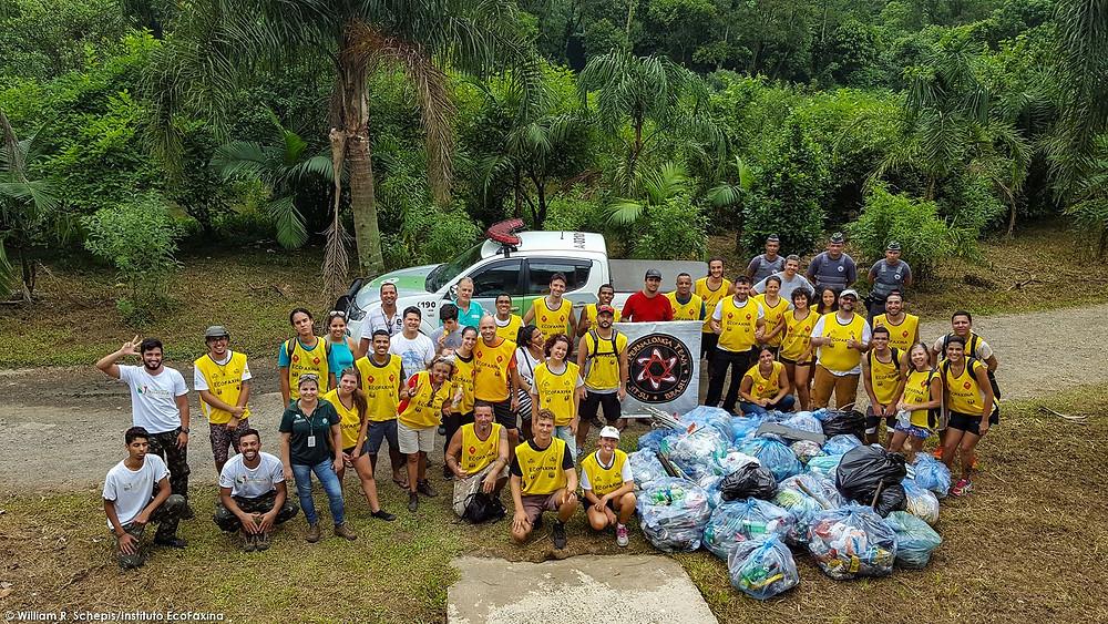 Voluntários posam para foto ao final da coleta.