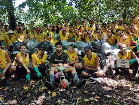 Voluntários retornam ao manguezal para combater a poluição marinha no estuário de Santos e São Vicen