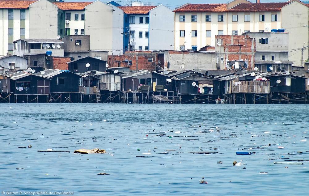 Favelas de palafitas e a poluição marinha por plástico, um grave problema socioambiental que não pode continuar sendo ignorado pelo poder público.