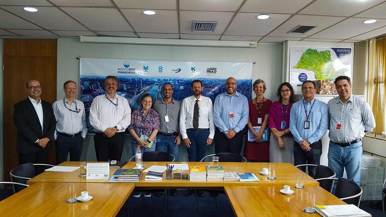 Diretores do Instituto EcoFaxina se reuniram no dia 07/01/2020 com o secretário de infraestrutura e meio ambiente do Governo do Estado de São Paulo, Marcos Penido, técnicos da secretaria e representantes da CETESB e da SABESP. Participaram também da reunião o biólogo e pesquisador, Dr. Alexander Turra, representando o Instituto Oceanográfico da USP, parceiro técnico-científico no projeto e o presidente do grupo LIDE Litoral Paulista,  Jarbas Vieira Marques Jr, parceiro privado do Instituto EcoFaxina.