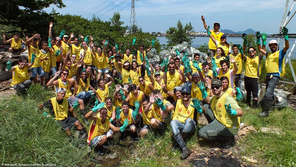Voluntários do Instituto EcoFaxina e do Greenpeace durante ação voluntária em manguezal de Santos.