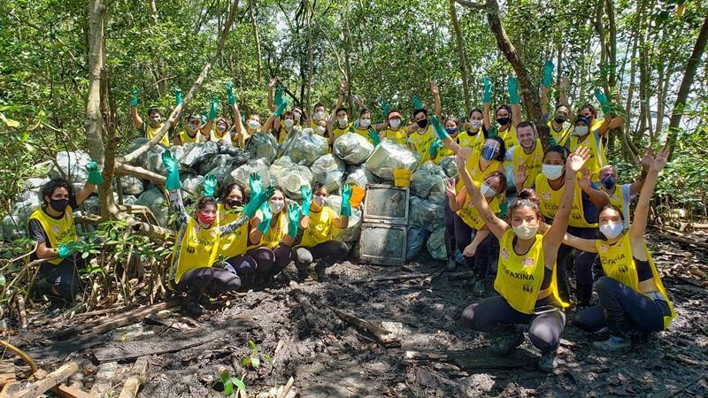 Voluntários comemoram o resultado da última ação realizada no manguezal, em Santos. Foto: William R. Schepis/Instituto EcoFaxina
