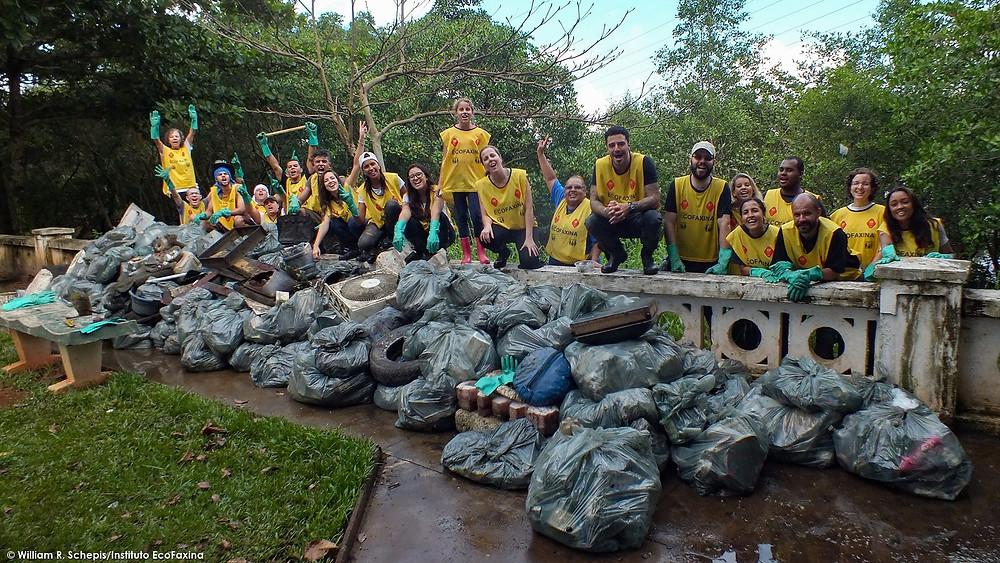 Voluntas posam para a foto final da 83ª Ação Voluntária EcoFaxina.