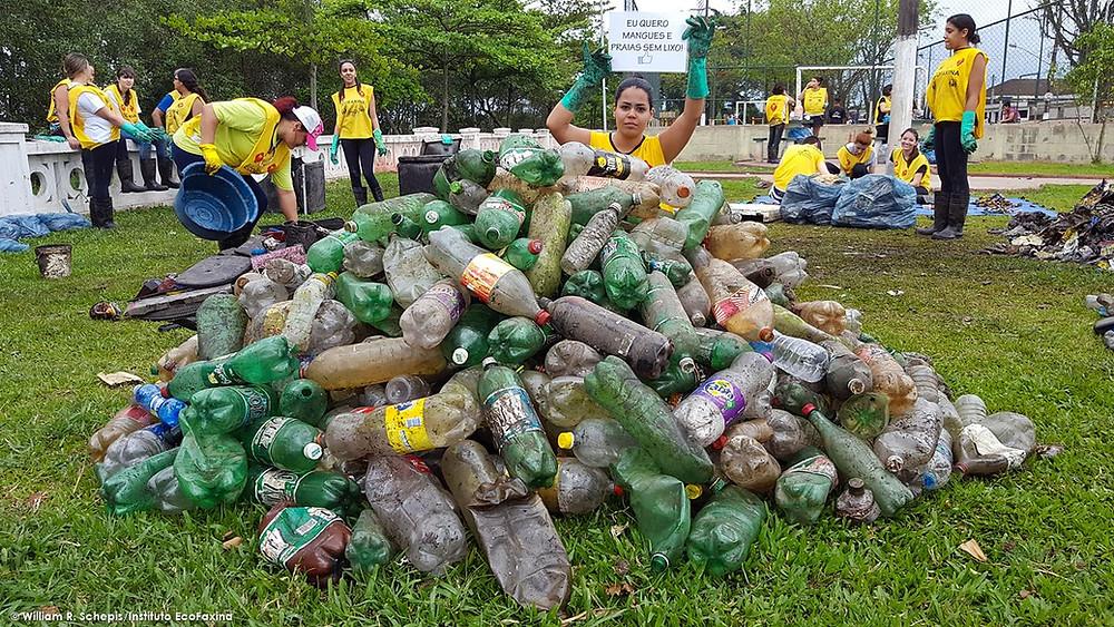 Voluntária posa para foto durante a triagem de resíduos após coleta no manguezal, em Santos
