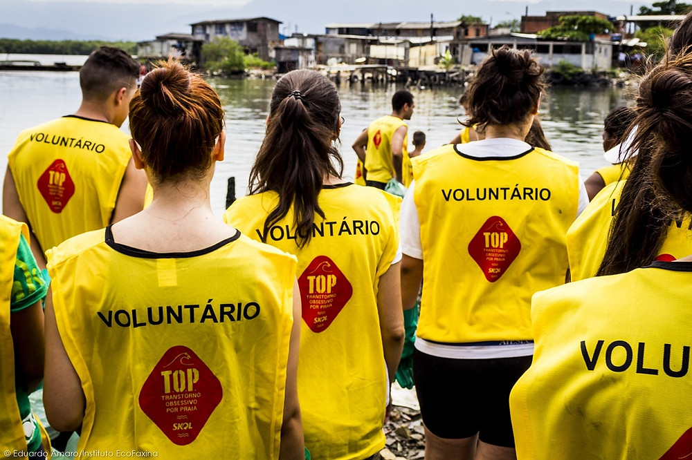 Voluntários(as) em área degradada de mangue em Santos