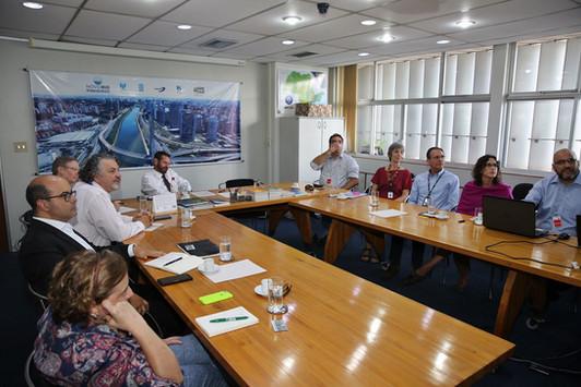 Diretores do Instituto EcoFaxina estiveram na tarde do dia 7/1 reunidos com o secretário de infraestrutura e meio ambiente do Governo do Estado de São Paulo, sr. Marcos Penido, técnicos da secretaria e representantes da CETESB e da SABESP. Participaram também da reunião o biólogo e pesquisador, Dr. Alexander Turra, representando o Instituto Oceanográfico da USP, parceiro técnico-científico no projeto e o presidente do grupo Lide Santos, sr. Jarbas Vieira Marques Júnior.