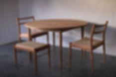 クルミのテーブルとチェリーの椅子。__必ずしもテーブルと椅子の樹種が同じでなくて