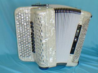 10 Borsini 3 chörig 120 Bass Stufentastatur
