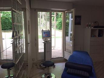 Salle de consultation Kinésithérapie et Ostéopathie, vue sur Jardins