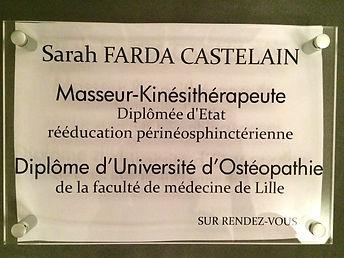 Plaque professionnelle Sarah FARDA CASTELAIN, Masseur-Kinésithérapeute Ostéopathe