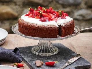 Glutenfreier Schokoladenkuchen mit Quarkcreme und Erdbeeren