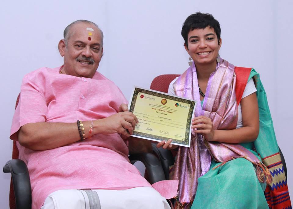 Entrega do certificado do curso de Alimentação e Culinária Ayurvédica por Sri Krsna Kumar