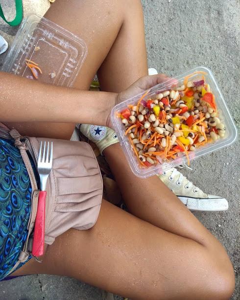 Salada com grãos durantes os blocos de carnaval