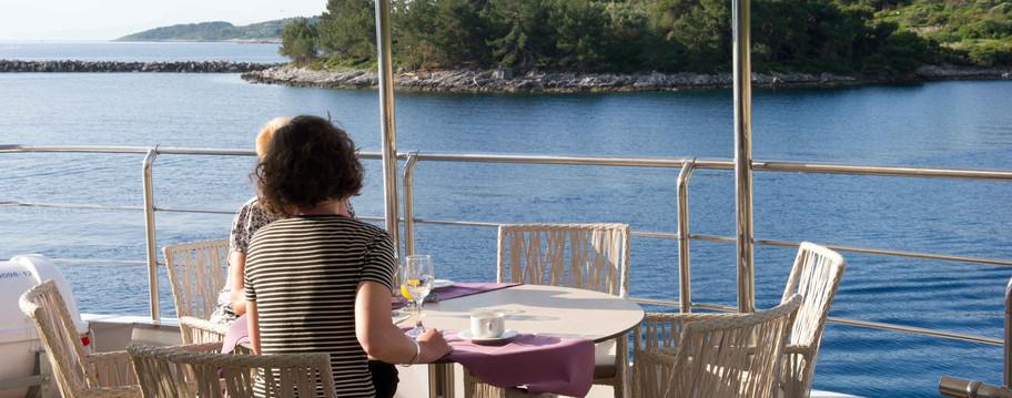 Voyager Outdoor dining.jpg