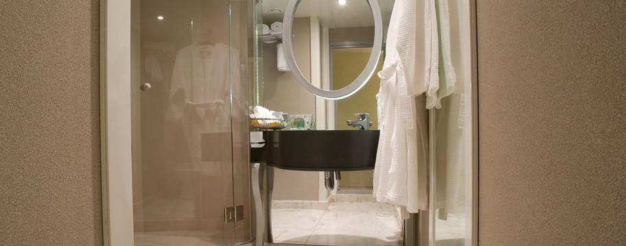 VOYAGER BATHROOM.JPG
