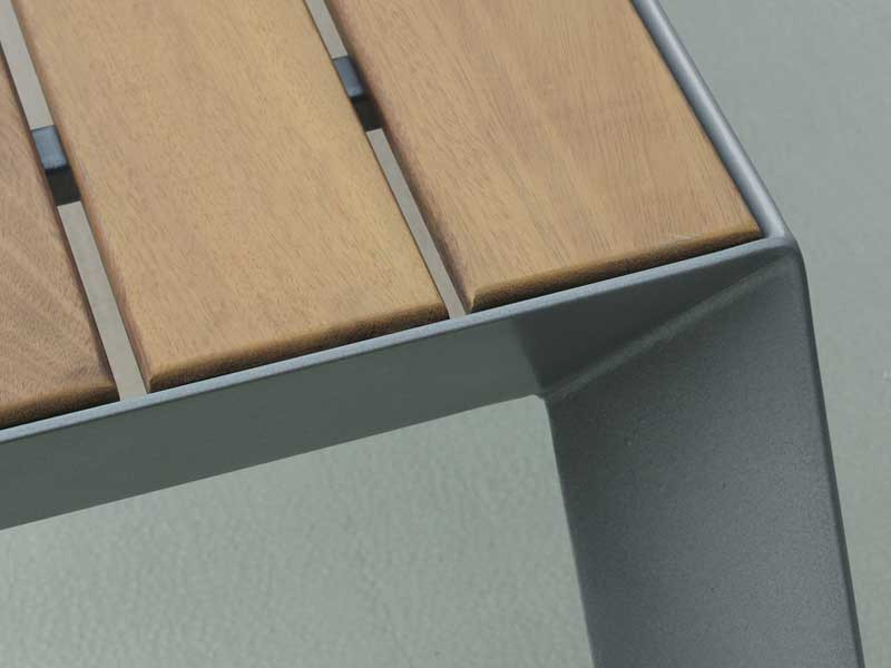 Ławka-ze-stali-nierdzewnej-Koppen-Lo-z-drewnem-egzotycznym.jpg