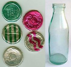 Молочные бутылки из прозрачного стекла.
