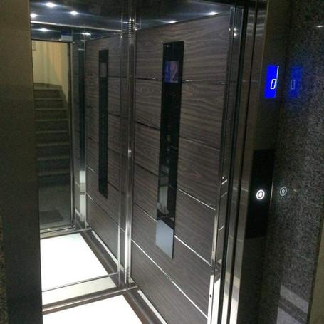 ascensore con bottoniera in cristalo e t