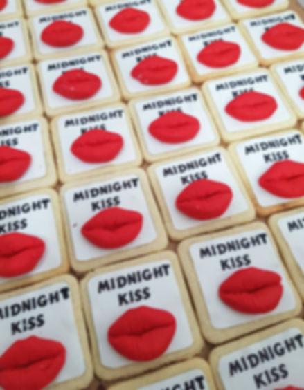 סוכריות ועוגיות 1 | סוכריות ועוגיות מעוצבות | נשיקות מרנג | בר מתוקים |  עוגיות מעוצבות | שוקולד על מקל | נשיקות | עוגיות אוראו מעוצבות | מטבעות שוקולד ממותגות | מתנות לאורחים בחתונה