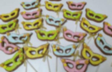 42 | גילת - הלוחשת למתוקים  | גילת חסין | עוגיות מעוצבות | קינוחים אישיים | נשיקות | שוקולדים | עוגיות | עוגת זילוף | קצפת לזילוף | מתכון לקצפת | עוגות זילוף ליום הולדת | עוגות זילוף מעוצבות | סדנת זילוף | זילוף