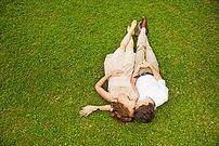 Durch Familientherapie wieder zueinander finden: Paar auf Wiese