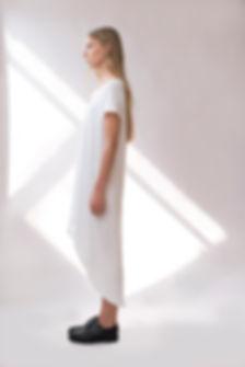 Modèle de mode en robe blanche