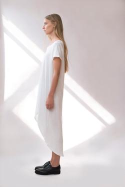 Model im weißen Kleid