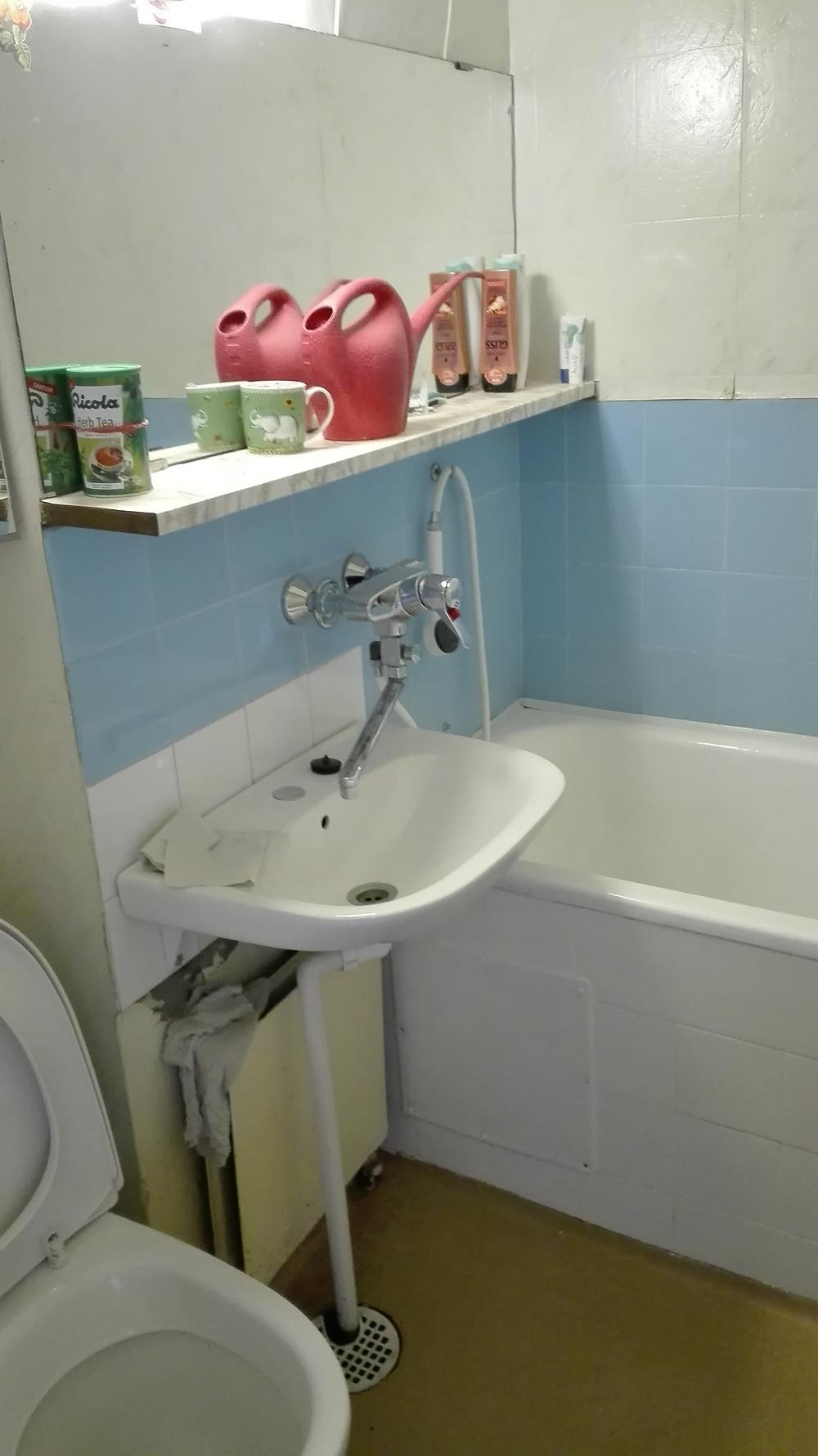 Kylpyhuoneessa asbestia voi olla esimerkiksi seinä- ja kattotasoitteissa ja maaleissa, saumauslaastissa, kiinnityslaastissa ja seinäharkoissa. Vedeneristeissä voi esiintyä PAH-yhdisteitä. Putkihormista voi löytyä asbestipitoisia eristeitä.