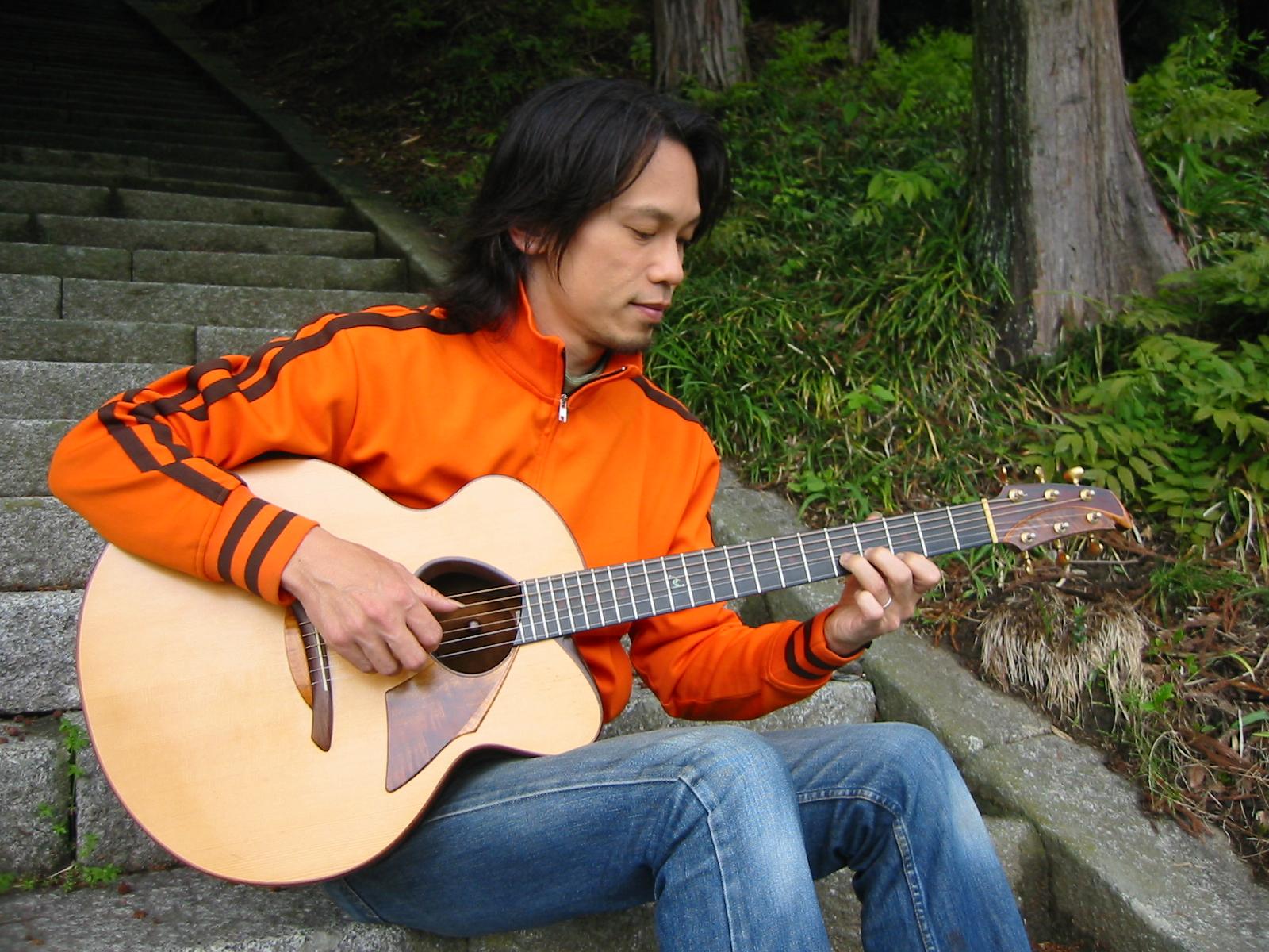"Uchida Guitar ""Nouveau"" と共に"