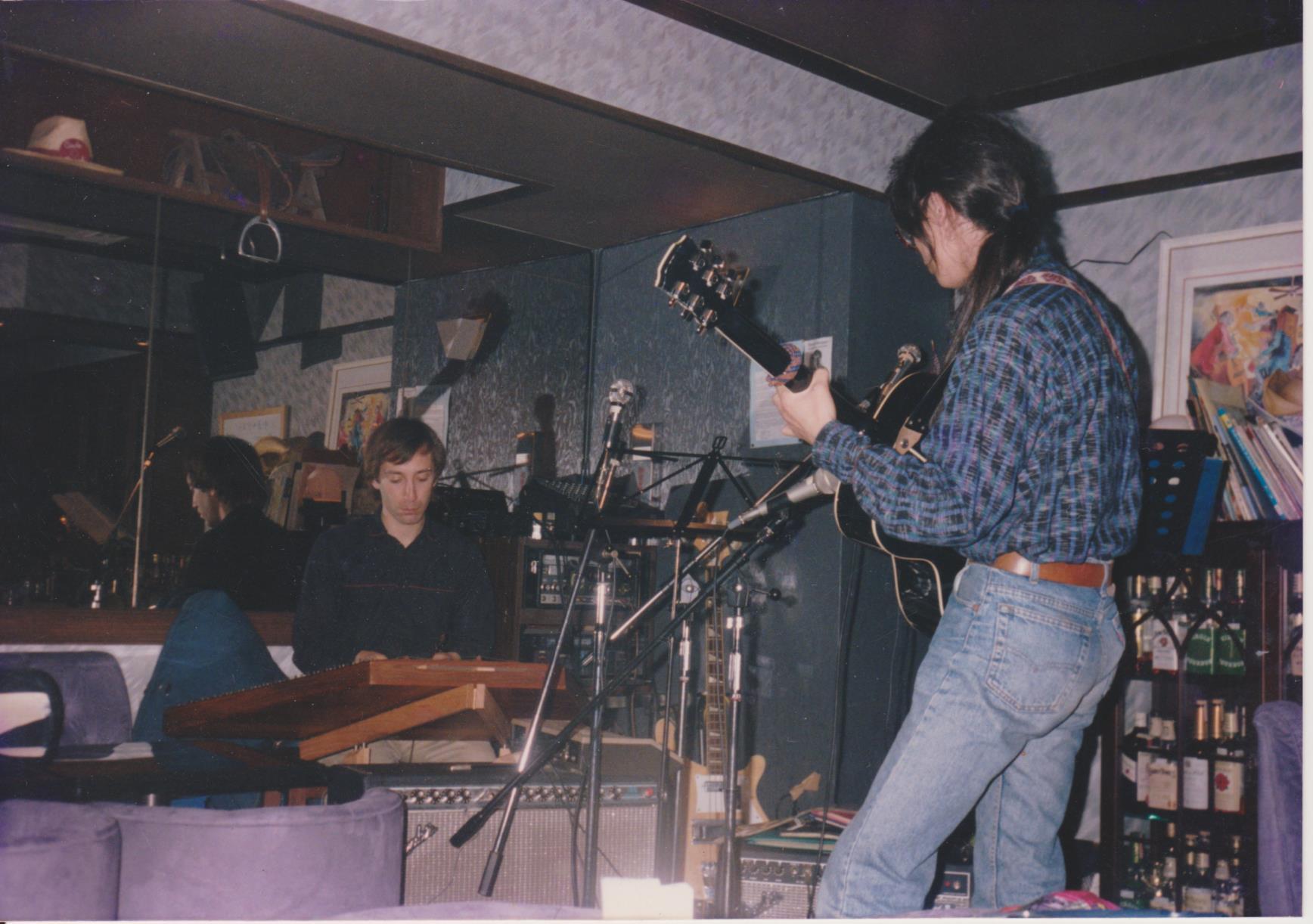 Daveとは1987年にアメリカ・カンザス州で出会った。当時から彼は「日本に行きたい!」と言っていた。 これは池袋辺りのバー!?みたいな店で演奏した時。この時、一緒に上野の山にも行ってバスキングしたな