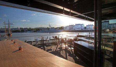 Restaurant bar terrasse sur la Loire, restaurant avec vue, boire un verre sur l'eau, à Nantes.
