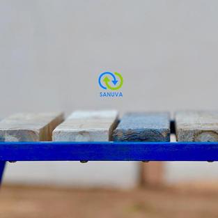 Banc public à base de plastiques 100 % recyclés avec un cadre métallique