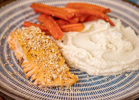 Salmão grelhado com ervas + amêndoa e purê de couve-flor com cenoura