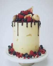 Fresh fruit, figs and macarons drip cake