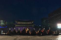 在首尔景福宫前
