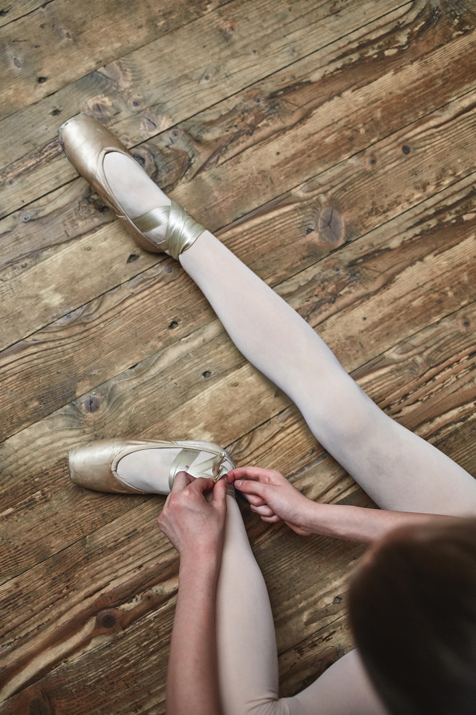 Fille lacer ses chaussures de ballet