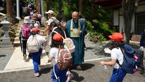 地域の小学生が石尊山への遠足の際に観音寺に立ち寄ってくれました。
