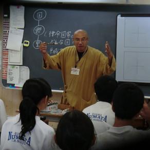 市内の中学校で書道指導を行いました。