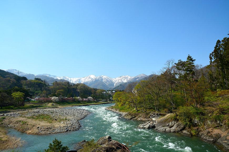 春の谷川岳と利根川