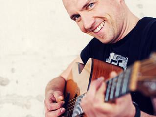 Konzert mit Mike Müllerbauer am Freitag, 17.5. um 16 Uhr in der Mauritiuskirche Pleidelsheim