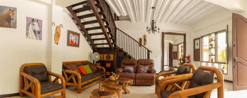 Sala con muebles hechos en Guadua