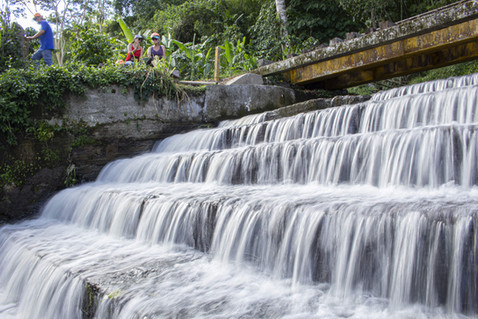 Cascada natural parte de la aventura en el Biciriel