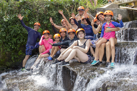 grupo disfrutando de la cascada natural