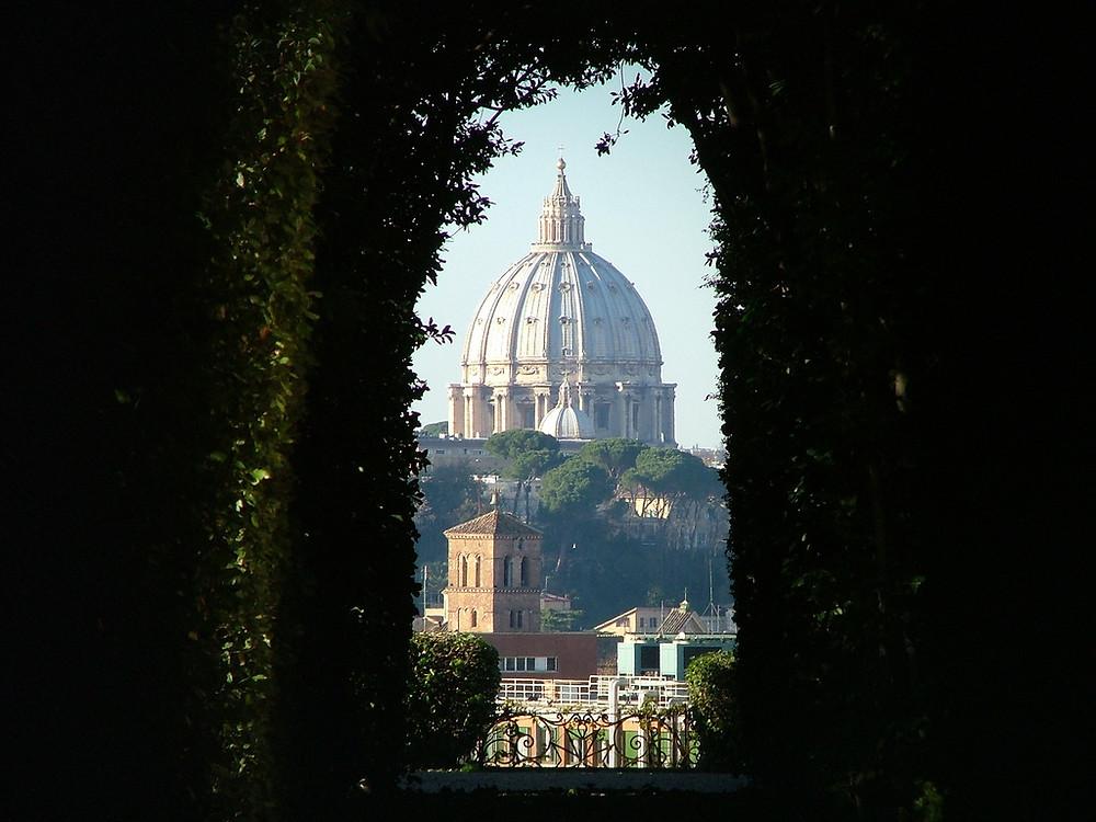 La cupola di San Pietro vista da Villa Malta all'Aventino